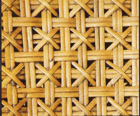 Orang yang memegang keranjang rotan berdiri. Gambar Ragam Motif Anyaman Rotan Rumah Idaman Kita Sebagai Elemen Dekoratif di Rebanas - Rebanas