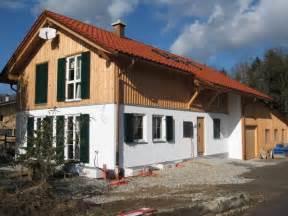 Fassadengestaltung Holz Und Putz : holz und gr ne fensterl den haus au en pinterest ~ Michelbontemps.com Haus und Dekorationen