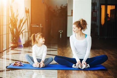 Wanita Cantik Menyusui Orang Dewasa Empat Manfaat Mengajarkan Si Kecil Berlatih Yoga Ibudanmama