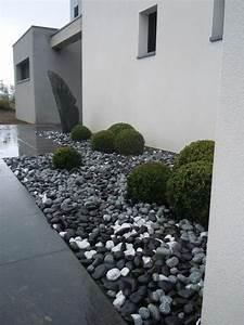entree contemporaine avec menhir en ardoise amenagement With amenagement jardin exterieur avec galets 6 bordure de jardin en pierre naturelle