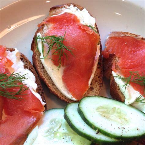 canap駸 au saumon recette canapés faciles au saumon fumé toutes les recettes allrecipes