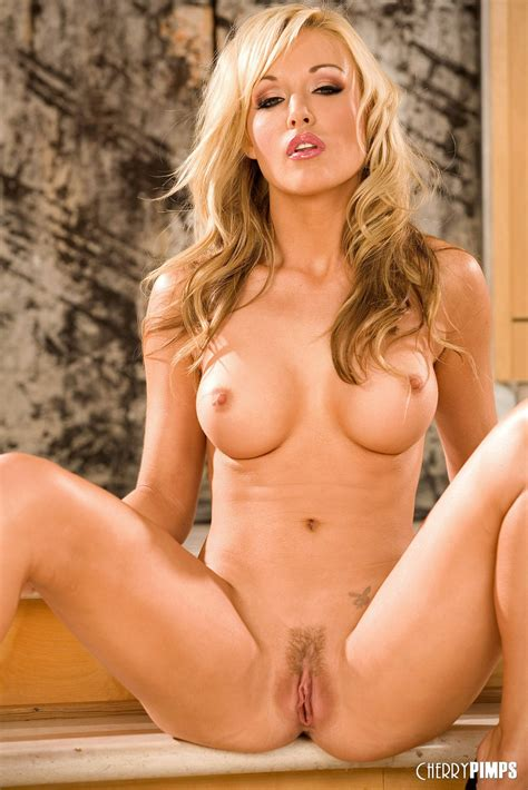 Gorgeous Blonde Kayden Kross Exposes Her Perfect Body My