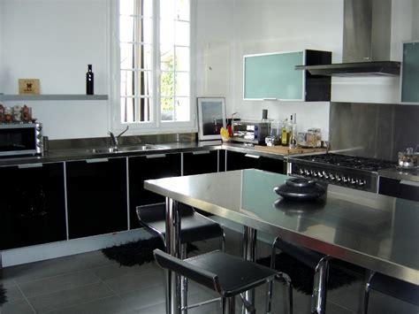 fabricant de cuisine italienne fabricant de cuisine italienne cuisine avec portes en verre laqu noir et plans de travail inox