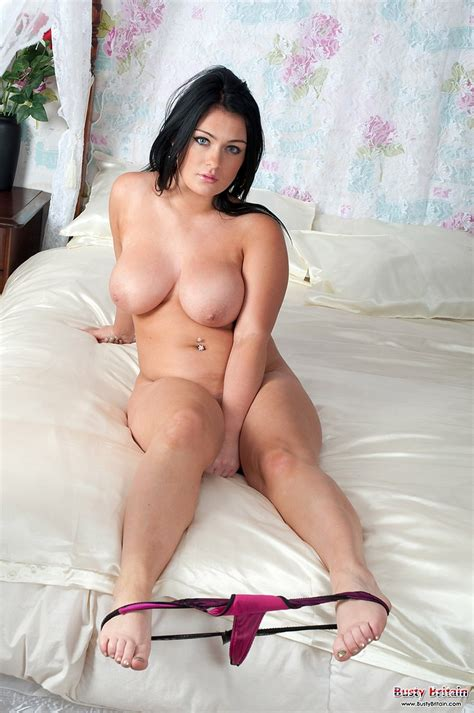 Pretty and busty Roxann strip on her comfy bed - BoobGoddess