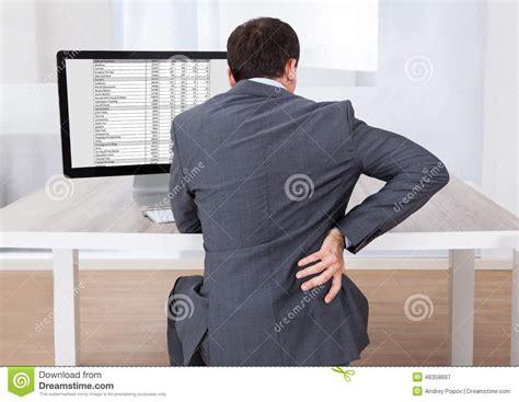 mal de dos au bureau homme d 39 affaires souffrant du mal de dos tout en se