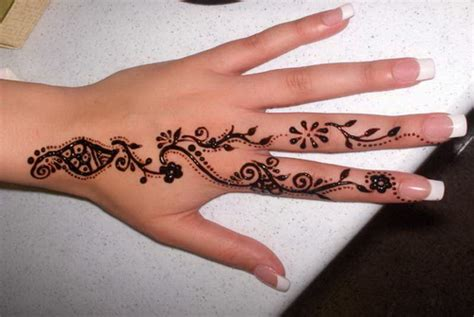 tattoovorlage henna auf finger und hand
