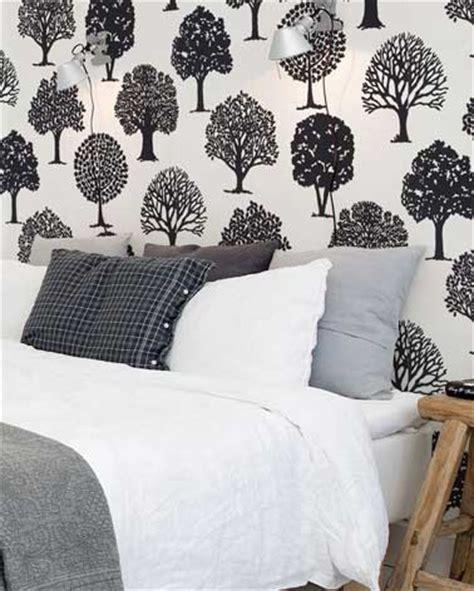 revetement de sol chambre déco de chambre contemporaine avec papier peint à motifs