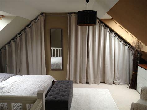 deco chambre mansardee dressing sous pente avec rideaux et autres déco dressing