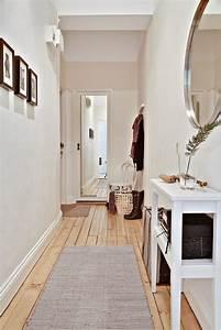Miroir D Entrée : couloir d 39 entr e d 39 un appartement blanc bois cadres sur un mur miroir sur l 39 autre mur deco ~ Preciouscoupons.com Idées de Décoration