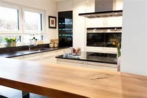 Moderne Küchen Aus Massivholz : theke kochinsel und moderne technik zusammen mit wei en fronten in landhaus optik k chenhaus ~ Sanjose-hotels-ca.com Haus und Dekorationen