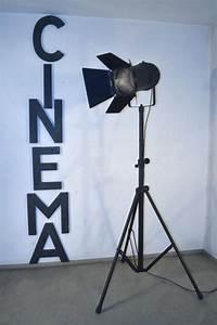 Lampadaire trepied style projecteur de cinema maison for Carrelage adhesif salle de bain avec projecteur theatre led