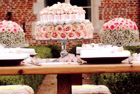 Wedding Cakes….be On The Cutting Edge