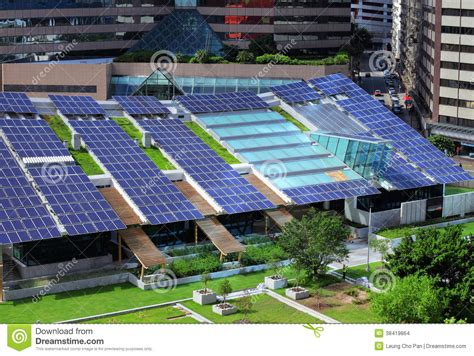 le de bureau solaire panneau solaire sur le dessus de toit de bâtiment photo