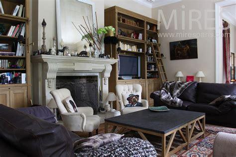bureau mezzanine salon mélange de style avec une cheminée en c0764
