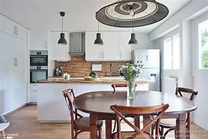 Une cuisine ouverte sur la salle à manger toute de blanc et de bleu ADC l'atelier d'à côté