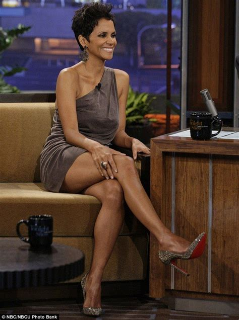Halle Berrys Jawdropping Close Encounter With Great White Sharks Halle Berry Hot Halle
