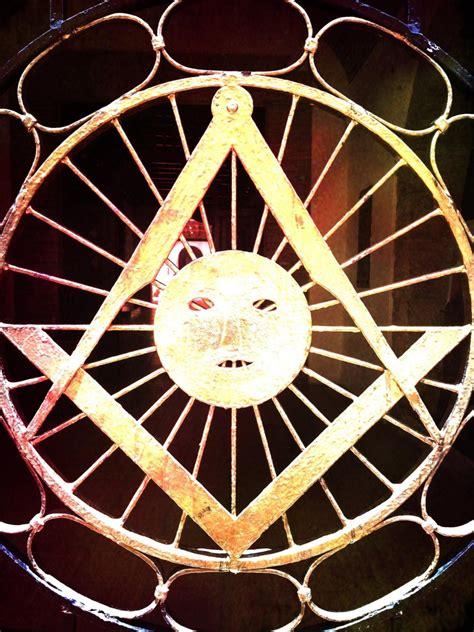 photo symbolique une porte de la grande loge de dominigue gadlu info franc