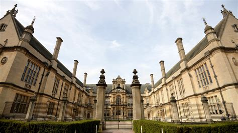oxford students vote  continue traditional dress code