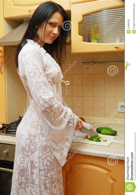 femme cuisine femme faisant cuire dans la cuisine photos stock