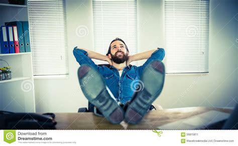 bureau homme d affaire homme d 39 affaires de hippie détendant à bureau photo