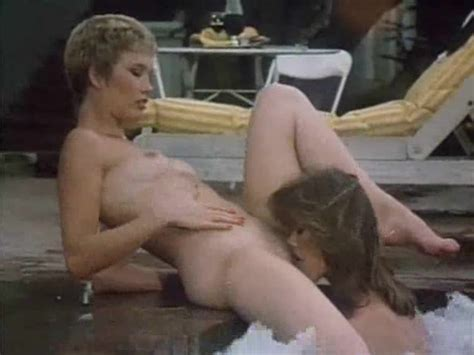 Retro lesbian sex in the hot tub - Vintage Porn