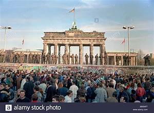 Crowds in front of Berlin Wall and Brandenburg Gate in ...