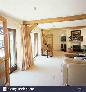 Teppich Im Wohnzimmer : wei er teppich und cremefarbene vorh nge im wohnzimmer holzbalken land stockfoto bild ~ Frokenaadalensverden.com Haus und Dekorationen