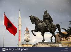 Albanische Flagge, Minarett und Statue von Skanderbeg