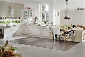 Weisse Küche Mit Holzarbeitsplatte : freundliche wei e k che mit rahmenfronten im modernen landhausstil ~ Eleganceandgraceweddings.com Haus und Dekorationen