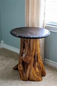 Kleiner Runder Tisch : kleiner runder tisch aus baumstamm neben hellen gardinen garten ~ Eleganceandgraceweddings.com Haus und Dekorationen