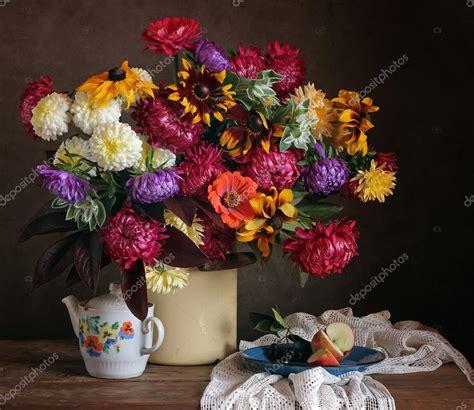 un bel mazzo di fiori natura morta con un bel mazzo di fiori di cagna foto