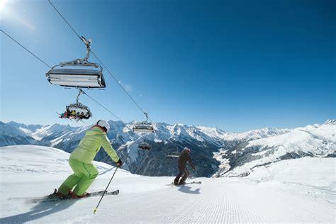 smartphone door wintersporten in zillertal oostenrijk we are travellers