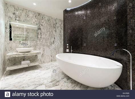 piastrelle di lusso master stanza da bagno ensuite con leafed pavimenti in