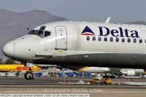 aereo atterra  il pilota chiuso fuori dalla cabina