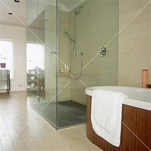 Dusche Mit Glaswand : begehbare dusche mit glaswand neben einer frei stehenden badewanne bild kaufen living4media ~ Sanjose-hotels-ca.com Haus und Dekorationen