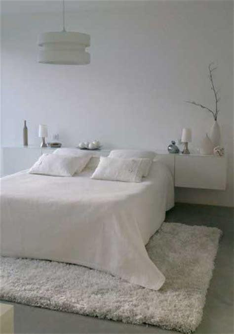revetement sol chambre adulte un tapis blanc douillet pour décorer la chambre