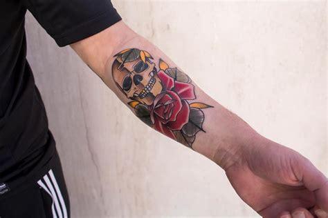 tatuaggi fiori braccio uomo skull and by il forestiero