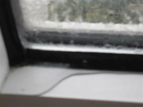 Wasser Im Fensterrahmen by Nasse Fenster Und Nasses Fensterbrett