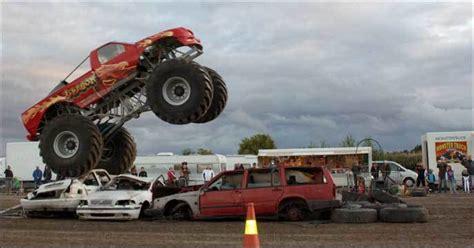 pa monster truck show stuntshow med bilar motorcyklar och monstertruckar