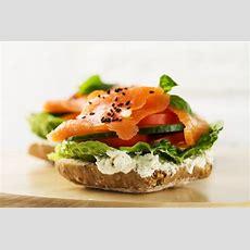 Bunte Leckere Lachs Mit Gemüse Auf Sandwich Heller