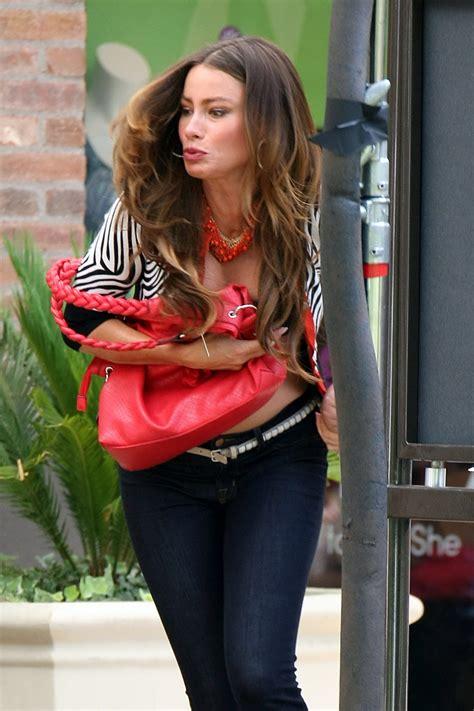sofia vergara modern family sofia vergara pregnant wearing bra on the set of