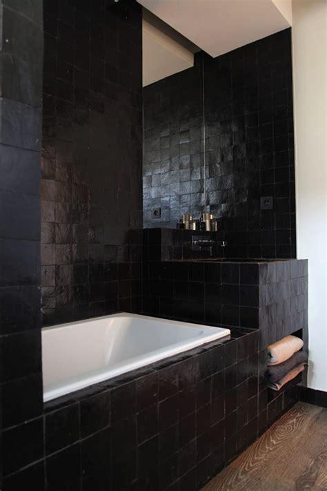 du zellige noir pour une salle de bain masculine archi