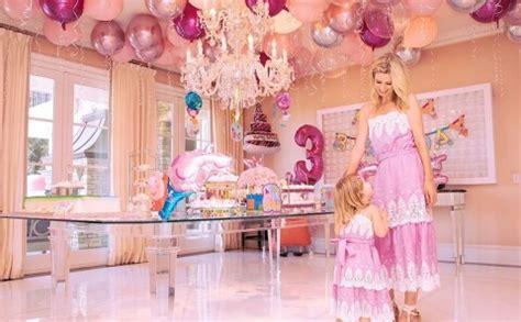 Nikija Hiltone savai trīs gadus vecajai meitai dzimšanas dienā sarīko tematisku cūciņas Pepas ...