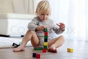 Spiel Mit Holzklötzen : kleinkinder spielen mit holzkl tzen stockfoto colourbox ~ Orissabook.com Haus und Dekorationen