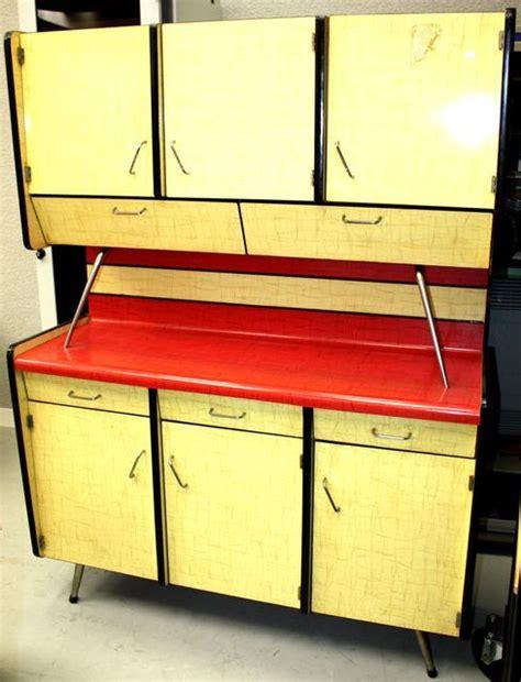 meuble cuisine annee 50 meuble de cuisine en formica couleur jaune citron et framboise travail des annees 50