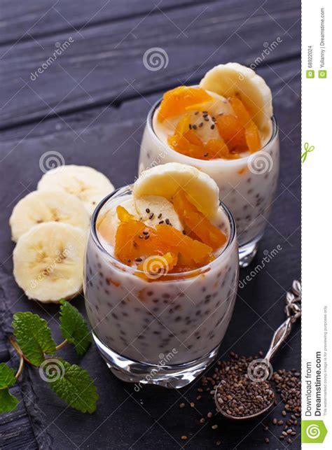 dessert avec la graine de chia l abricot sec et la banane photo stock image 68922024