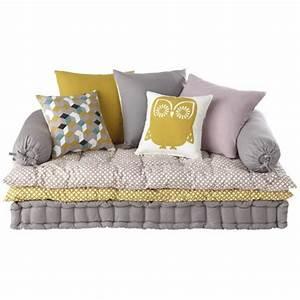 une banquette composee d39un matelas capitonne de deux sur With tapis chambre bébé avec banc de canapé pas cher