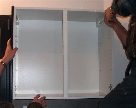 comment accrocher un meuble de cuisine au mur je pose un placard mural dans ma cuisine