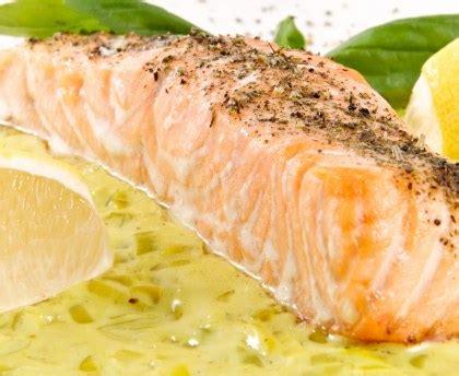 cuisiner pave de saumon poele pav 233 de saumon sur lit de poireaux recette de pav 233 de saumon sur lit de poireaux