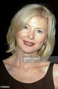 Beth Broderick Photos et images de collection | Getty Images